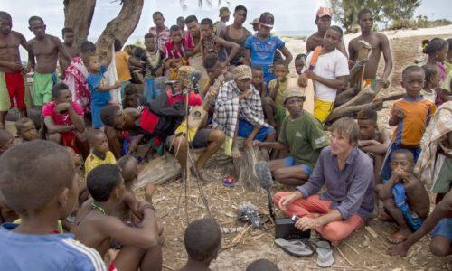 マダガスカルのべゾ族とレコーディングするティム・コール監督