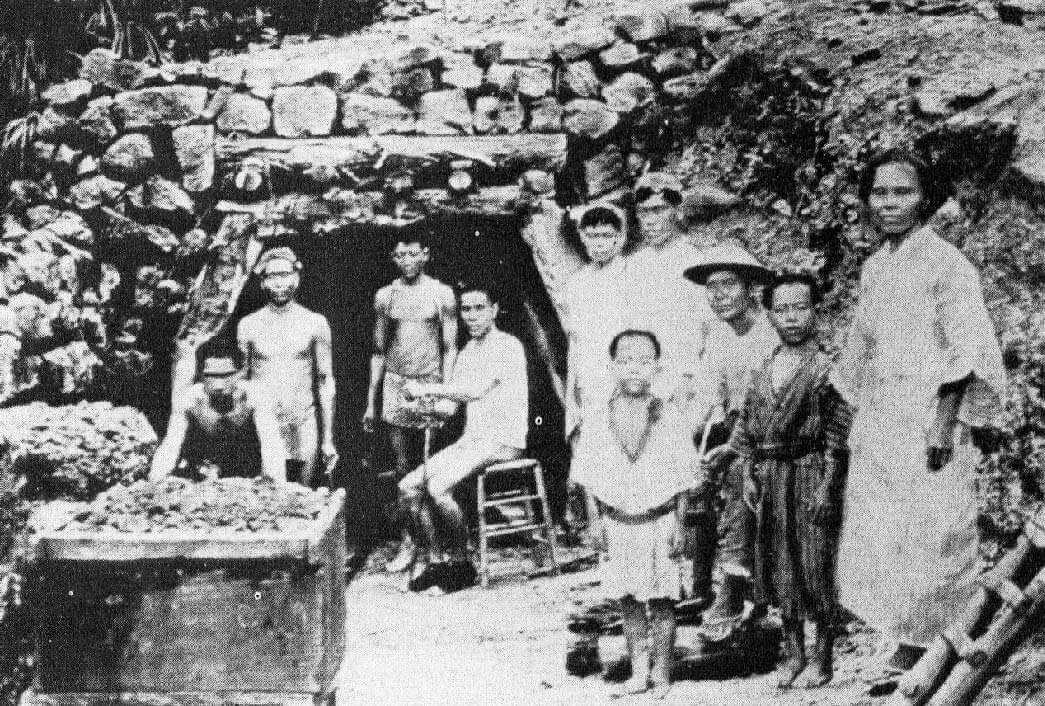 大正期の西表炭坑と坑夫たち。(写真:三木健「聞書西表炭坑」1982三一書房より)