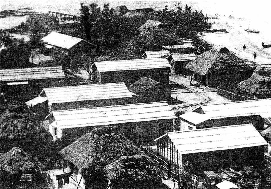 内離島の両側に戦後、一時期まで残っていた炭坑納屋。 (写真:竹富町史 別巻3「写真集ぱいぬしまじま」より)